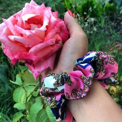 Шарено скрънчи розово и синьо