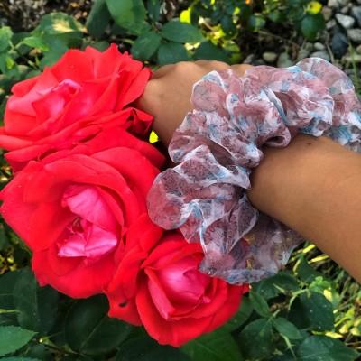Розово скрънчи с цветя