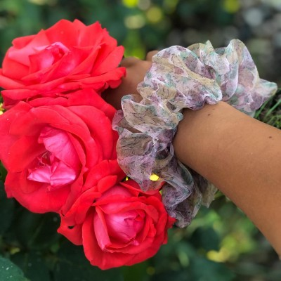 Шарено скрънчи с цветя